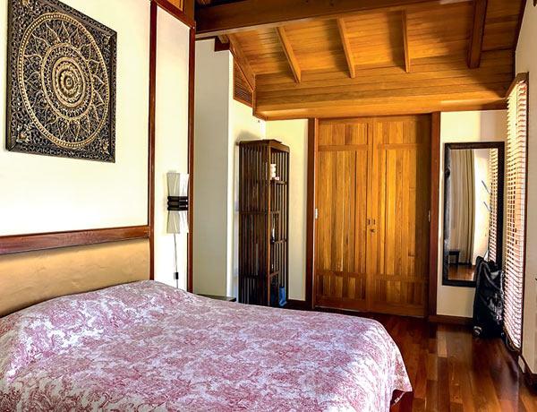 Одна из спален. Пол в доме сделан из тика, гарантия – 25 лет