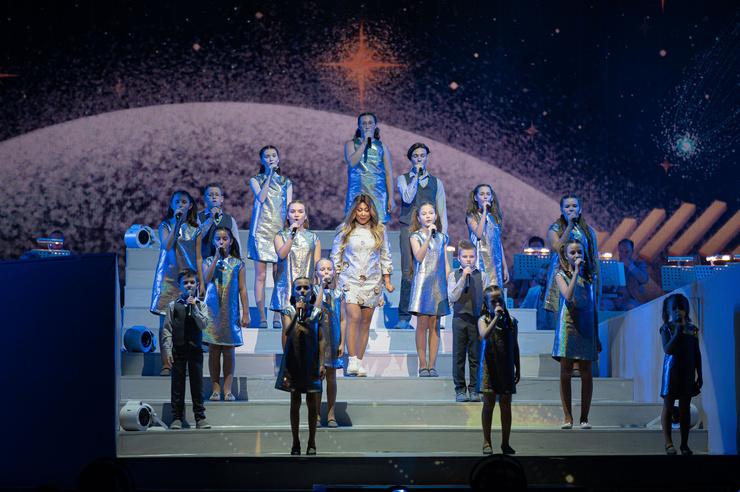 Выступление артистки украсил детский хор