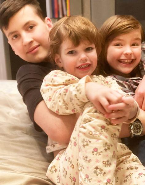 Алиса воспитывает троих детей, младшую Есеню она родила от футболиста.
