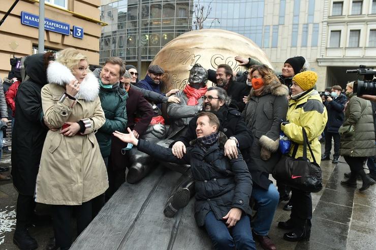 Церемония открытия скульптурной композиции «Атом Солнца Олега Табакова», приуроченной к 85-летию со дня рождения народного артиста