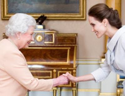Анджелина Джоли получила награду из рук Елизаветы II