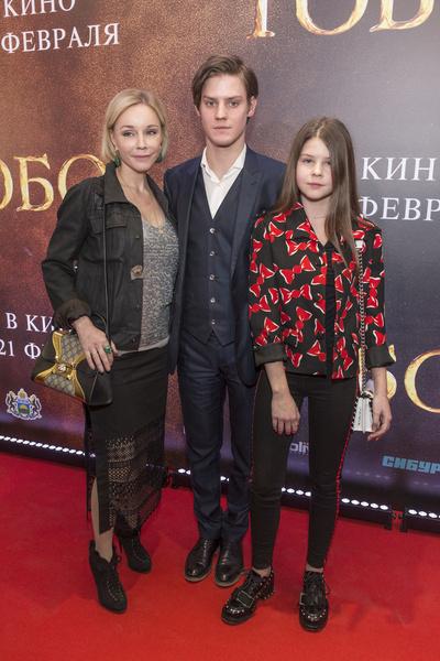 На красных ковровых дорожках Павел появляется обычно не с возлюбленными, а с мамой и сестрой