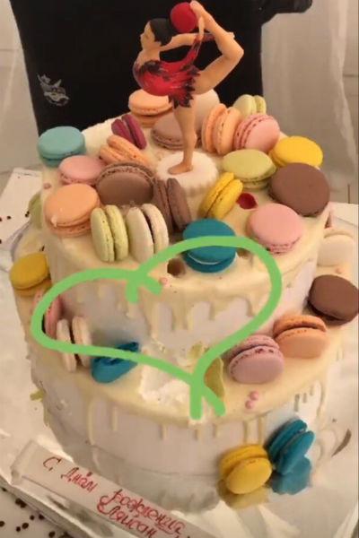 Гостей вечеринки угощали праздничным тортом