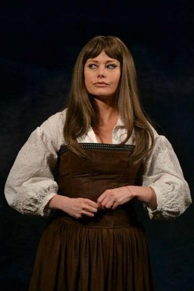 Елена Корикова во время театральной постановки