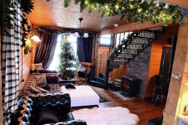 «Самое уютное место – это гостиная. Кресло-качалка было пожертвовано мною в один из номеров проекта «Танцы», пострадало, но потом отреставрировано», – признается Егор