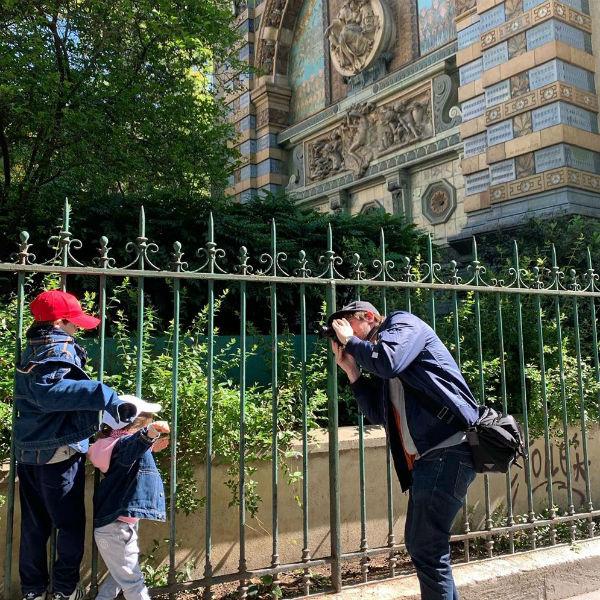 Семья фотографируется на улицах Парижа