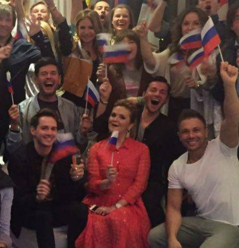 Андрей Малахов смотрел песенный конкурс в большой компании