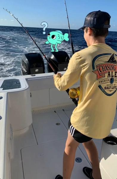 Сыновья футболиста рыбачили прямо с яхты