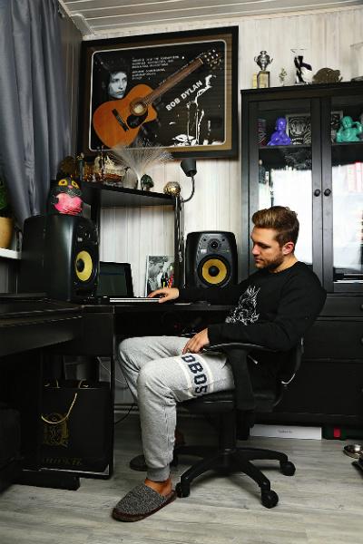 Влад оборудовал место для занятий музыкой