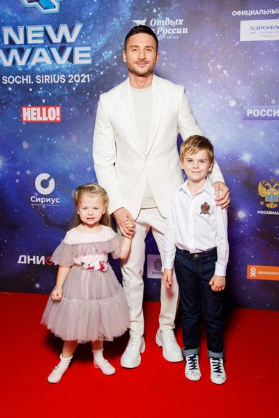 Сергей Лазарев прилетел в Сочи с детьми