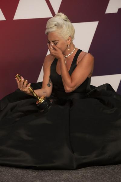 Получив «Оскар» за песню Shallow, Гага не смогла сдержать слез