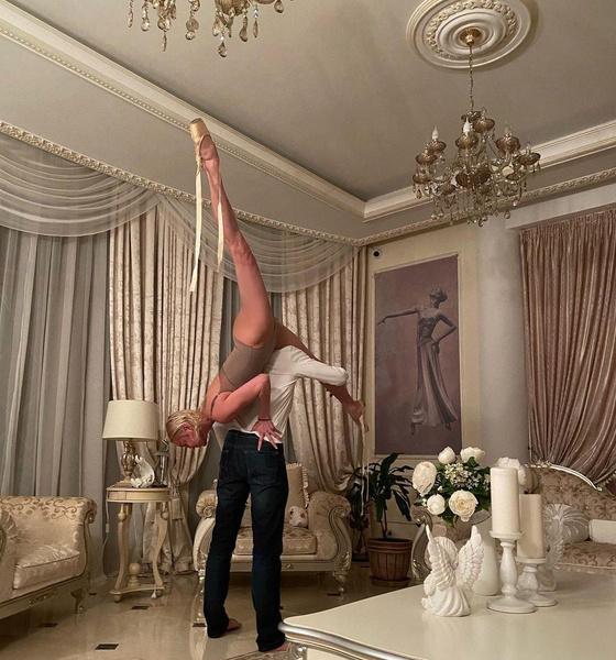 Балерина публиковала только те фото, где ее избранник запечатлен со спины