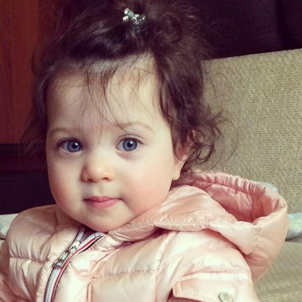 Счастливые родители называют маленькую дочь принцессой