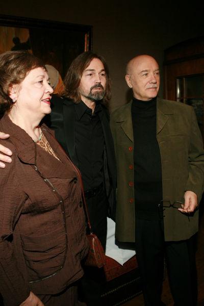 Леонид Куравлев с художником Никасом Сафроновым и женой Ниной