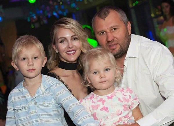 Яна, ее муж и дети