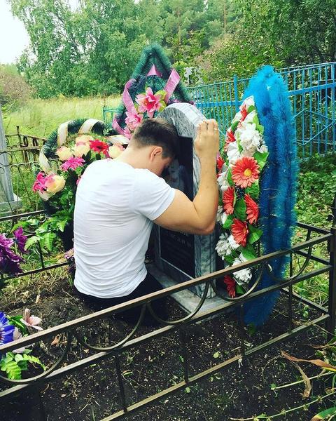 Рустам у могилы матери
