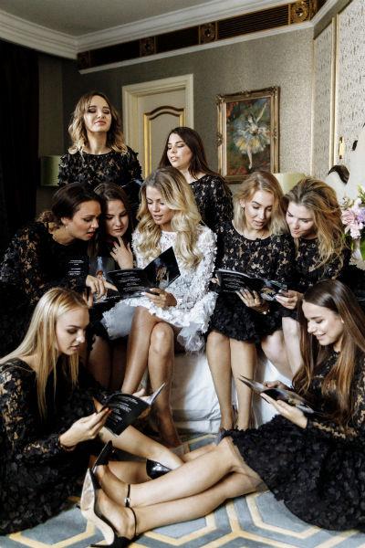 Алена и ее подруги облачились в платья от Юлии Прохоровой для съемок в романтическом фильме для молодоженов