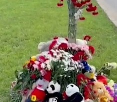 Москвичи организовали стихийный мемориал на месте ДТП, где 18-летняя автоледи сбила троих детей