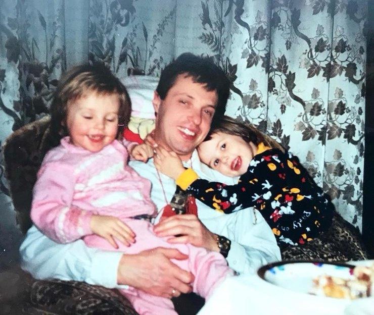 Маленькая Настя с папой и сестрой