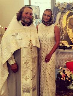 Анастасия Волочкова с батюшкой Табынского храма