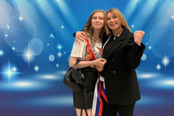 Апина гордится дочерью, которая недавно окончила школу