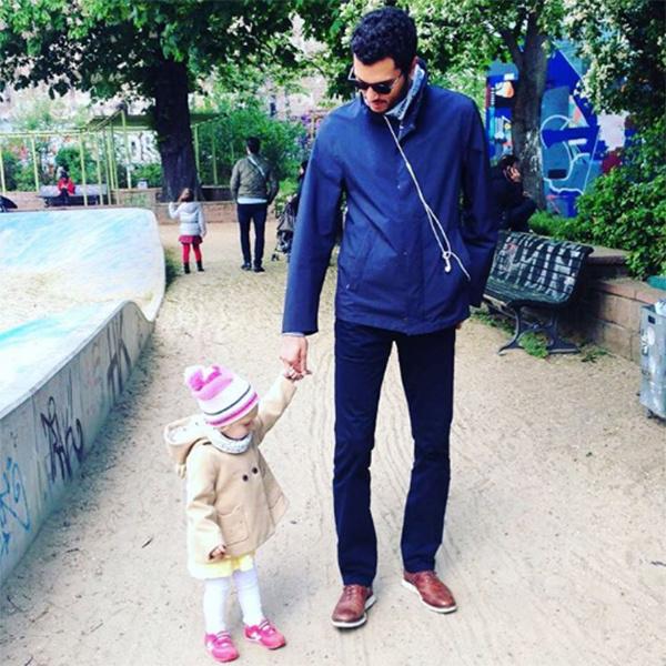 Избранник Мерьем Узерли на прогулке с ее дочкой Ларой