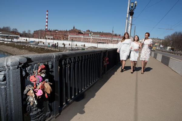 Иваново - по-прежнему гогрод невест, хотя ткацкая фабрика (на заднем плане) давно пустует