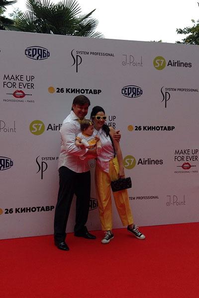 Актриса Любовь Тихомирова с мужем и дочкой