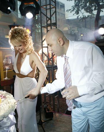 На свадьбе с Иосифом Пригожиным в 2004 году у Валерии была необычная прическа - сочетание локонов и гладких прядей