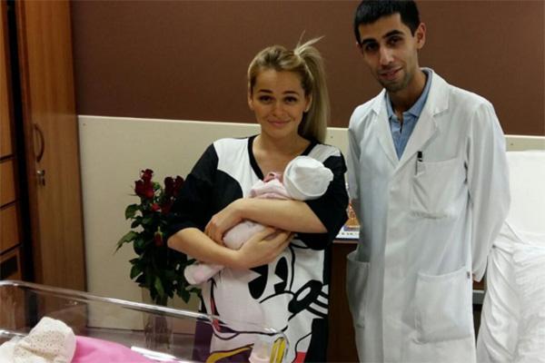 Анна Хилькевич с новорожденной дочкой и врачом клиники