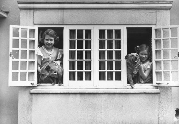 Сестры провели все детство в загородных резиденциях королевской семьи