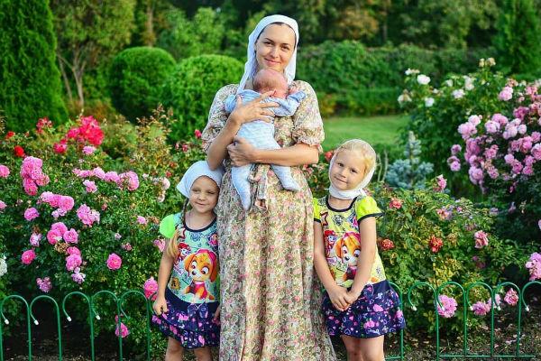 Мария также воспитывает дочь мужа от первого брака