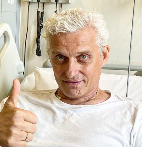 Оброс и улыбается. Больной раком Олег Тиньков идет на поправку