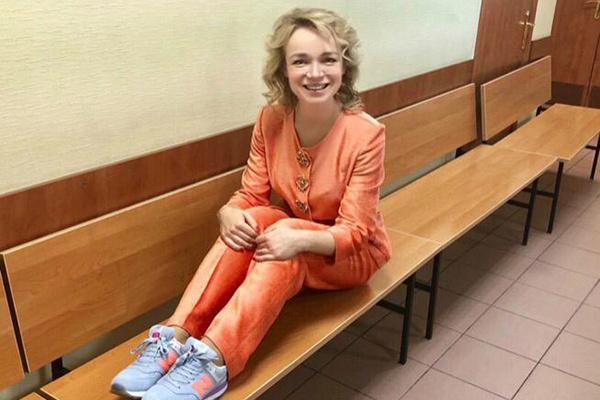 Прохор купил возлюбленной 4 пары кроссовок для прогулок