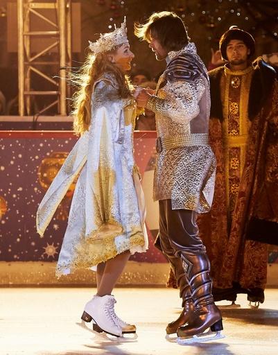 В день открытия катка на Красной площади Татьяна и Петр первыми встали на коньки