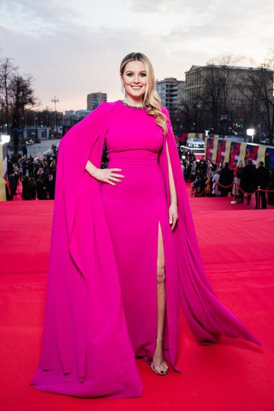 Мария Кожевникова одна из немногих выбрала яркое платье