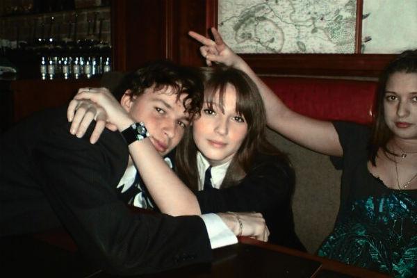 Иван ухаживал за девушкой в старших классах школы