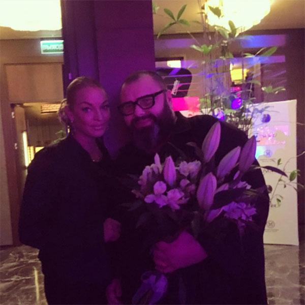 «Сегодня день рождения выдающегося продюсера Максима Фадеева. Приехала по его приглашению поздравить в ресторан Нобу в Крокус Сити», - прокомментировала снимок Анастасия Волочкова