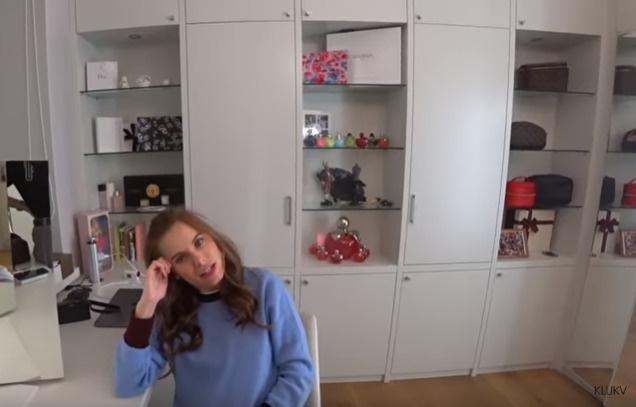 Комната Даши полна разных женских штучек