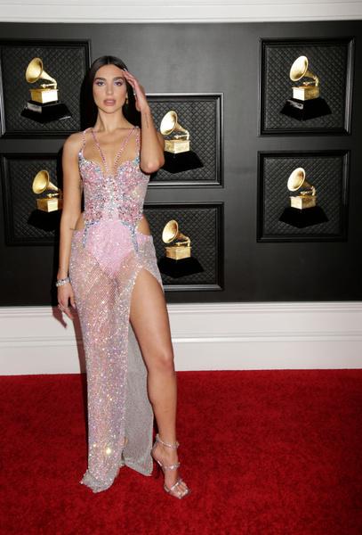 Дуа Липа выглядела не случайно в полупрозрачном платье