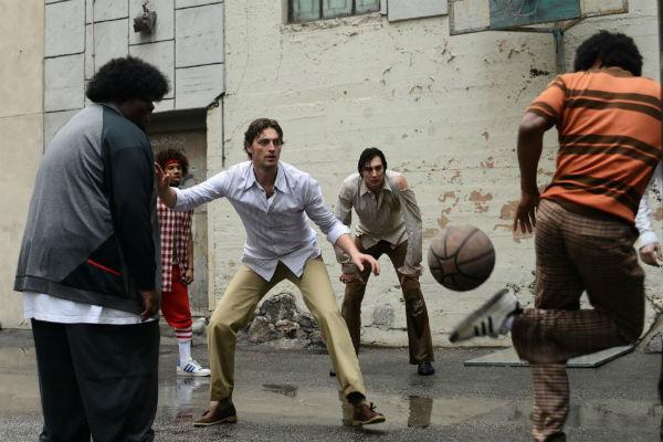 Игра во дворе с афроамериканцами
