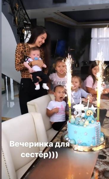 Сестры поздравили братика с днем рождения