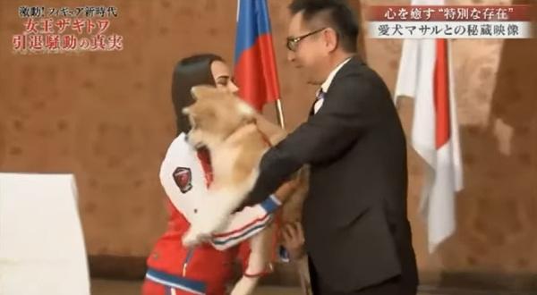 Премьер-министр Японии Синдзо Абе подарил Алине собаку