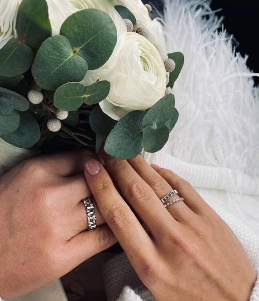 Поклонники отметили необычные кольца новобрачных