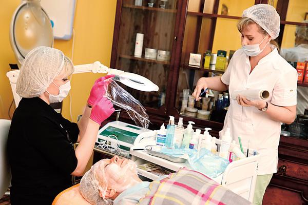 Приготовления перед процедурой: на лицо наносится специальный гель и накладывается защитная пленка