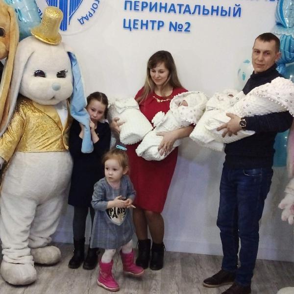 Пара, воспитывающая двух дочерей, решилась на третьего ребенка, и у них появилось еще четверо!