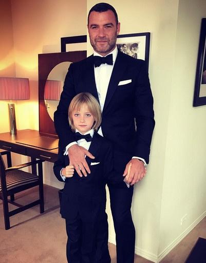 Лив Шрайбер с сыном перед церемонией