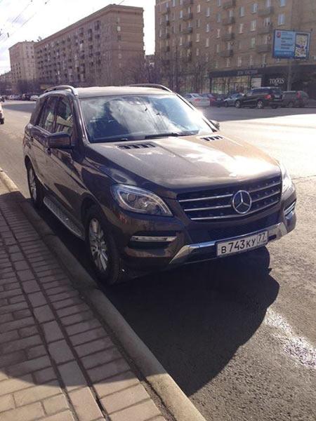 Так выглядит угнанное авто Серова. Приметы: Mercedes ML, номер В 743 КУ (77), цвет коричневый. Любого, кто видел машину, просят, не откладывая, звонить 911