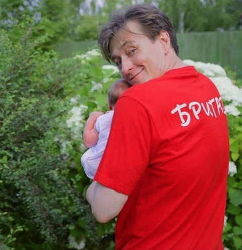 Сергей Безруков отдыхает с дочерью на даче
