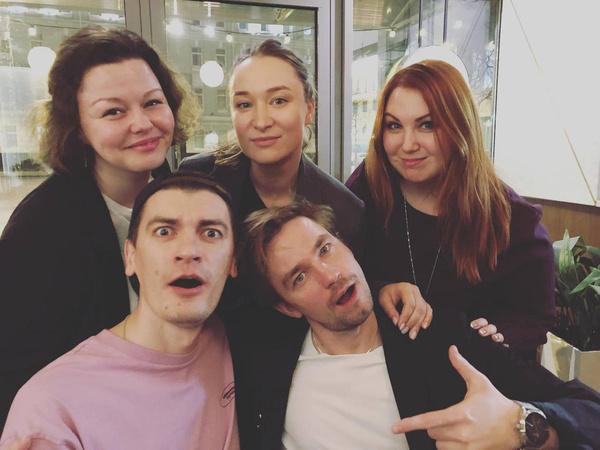 Александра крайняя слева